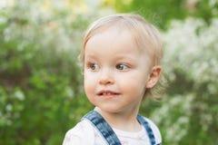 Dziecko w jabłczanym okwitnięcie ogródzie w świetle słonecznym Śliczna szczęśliwa lato blondynów dziewczyna Fotografia Stock