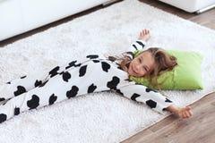 Dziecko w krowa druku piżamach Zdjęcia Stock