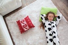 Dziecko w krowa druku piżamach Obrazy Stock