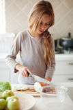 Dziecko w kuchni Zdjęcia Royalty Free