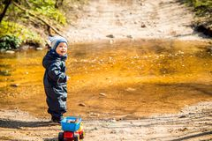 Dziecko w lasowej pobliskiej małej rzece fotografia royalty free