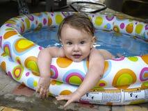 Dziecko w nadmuchiwanym basenie Fotografia Royalty Free