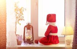 Dziecko w nowym roku patrzeje out okno Dzieci są waiti Zdjęcie Stock
