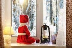 Dziecko w nowym roku patrzeje out okno Dzieci są waiti Obraz Royalty Free