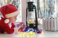 Dziecko w nowym roku patrzeje out okno Dzieci są waiti Obraz Stock