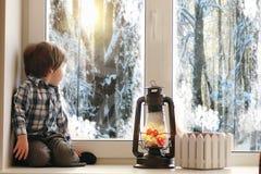 Dziecko w nowym roku patrzeje out okno Dzieci są waiti Zdjęcie Royalty Free