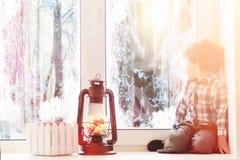 Dziecko w nowym roku patrzeje out okno Dzieci są waiti Zdjęcia Royalty Free