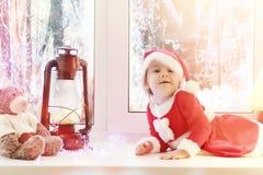 Dziecko w nowym roku patrzeje out okno Dzieci są waiti Zdjęcia Stock