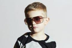 Dziecko w okularach przeciwsłonecznych chłopcy trochę smutna moda dzieci Fotografia Royalty Free