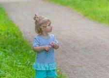 Dziecko w parku z bąblami Obraz Royalty Free