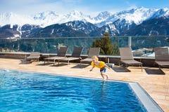 Dziecko w plenerowym pływackim basenie wysokogórski kurort Obrazy Stock