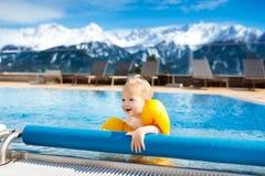 Dziecko w plenerowym pływackim basenie wysokogórski kurort Obraz Royalty Free