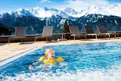 Dziecko w plenerowym pływackim basenie wysokogórski kurort Obraz Stock