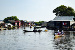 Dziecko w pudełku na rzece z innymi dziećmi w łodziach zdjęcie royalty free