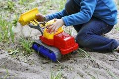 Dziecko wśród trawy i piaska Fotografia Stock