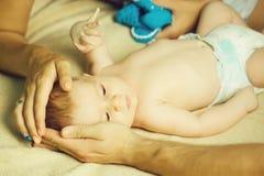 Dziecko w rodzic rękach zdjęcie stock