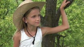 Dziecko w sadzie, Średniorolny dziewczyny twarzy Relaksować Plenerowy w naturze, Zadumany dzieciak 4K zdjęcie wideo