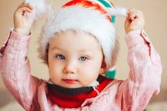 Dziecko w Santa kamery kapeluszowym patrzeje zakończeniu up Fotografia Stock