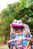 Dziecko w spacerowiczu obraz stock