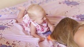 Dziecko w sukni kłaść na łóżku zdjęcie wideo