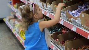 Dziecko w supermarkecie kupuje cukierki i cukierki Robić zakupy sklep zbiory