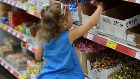 Dziecko w supermarkecie kupuje cukierki i cukierki Robić zakupy sklep zdjęcie wideo