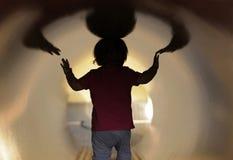 Dziecko w tunelu Zdjęcia Royalty Free