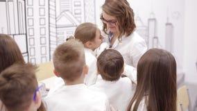Dziecko w wieku szkolnym chwyta królik w zajęcia z biologii zbiory