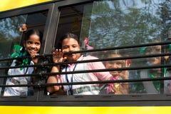 Dziecko w wieku szkolnym iść do domu po klas przy szkołą podstawową autobusem szkolnym indu Fotografia Royalty Free