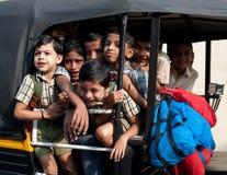 Dziecko w wieku szkolnym iść do domu po klas przy szkołą podstawową riksza Obrazy Royalty Free