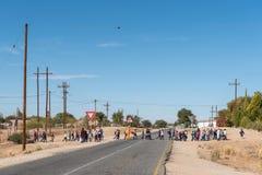 Dziecko w wieku szkolnym krzyżuje główną drogę przy Marchand Zdjęcie Stock