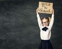 Dziecko W Wieku Szkolnym nad Blackboard tłem, dziewczyna Reklamuje deskę zdjęcie stock