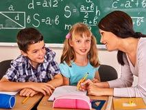 Dziecko w wieku szkolnym obsiadanie w sala lekcyjnej fotografia stock