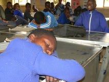 Dziecko w wieku szkolnym śpi podczas klasy Zdjęcia Royalty Free