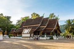 Dziecko w wieku szkolnym przy Wata Xieng paskiem, Buddyjska świątynia w Luang P Obraz Royalty Free