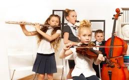 Dziecko w wieku szkolnym sztuki instrumenty muzyczni wpólnie Obrazy Royalty Free