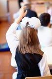 Dziecko w wieku szkolnym w sala lekcyjnej przy lekcją zdjęcia royalty free