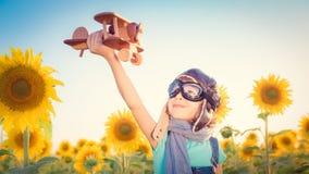 Dziecko w wiosny polu obrazy royalty free