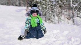 Dziecko w zima parka obsiadaniu na śniegu Chodzić w świeżym powietrzu Zdrowy Styl życia zdjęcie wideo