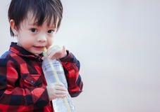 Dziecko woda pitna od słomy zdjęcia stock