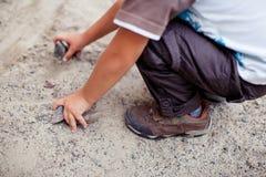 Dziecko wp8lywy kamienie od ziemi Zdjęcie Stock