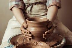 Dziecko wręcza działanie na ceramicznym kole przy warsztatem Obraz Royalty Free