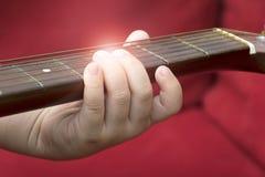 Dziecko wręcza mienie gitarę obrazy royalty free