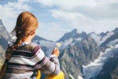 Dziecko wycieczkowicz, wysokogórski widok Zdjęcia Royalty Free
