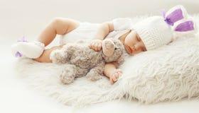 Dziecko wygoda! Słodki niemowlak śpi z misiem w domu Zdjęcie Royalty Free