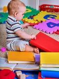 Dziecko wyrzynarka rozwija dzieci Dzieciak łamigłówka robi dziecka zdjęcie stock