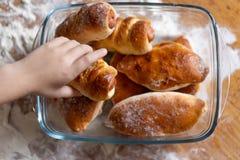 Dziecko wziąć kulebiaka od stołu Zakończenie fotografia royalty free