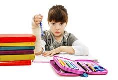 Dziecko z łamaną ręką w sala lekcyjnej, pracowniany krótkopęd Obrazy Stock