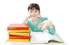Dziecko z łamaną ręką w sala lekcyjnej, pracowniany krótkopęd Fotografia Stock