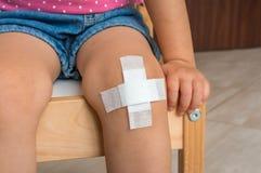 Dziecko Raniący Rani Na Dziecka S Kolanie Z Bandażem Zdrowie